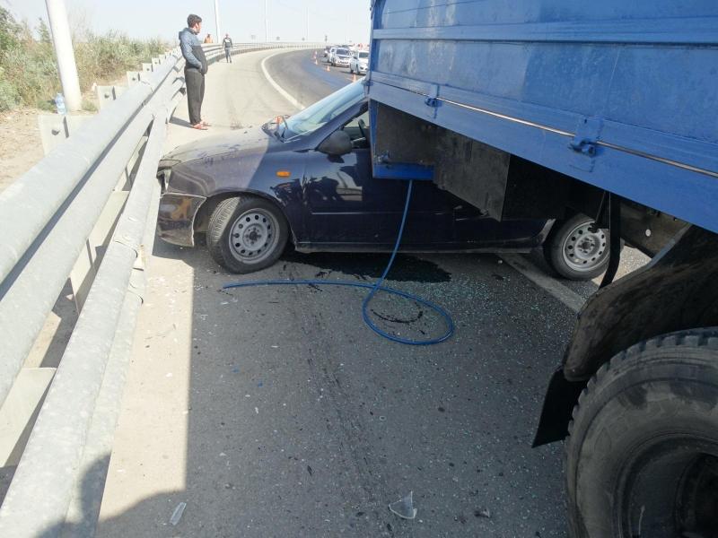 В Астрахани легковушка врезалась в грузовое авто, которое ремонтировало дорогу