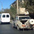 В Астрахани на видео попал автомобиль-тяжеловоз, который удивил всех