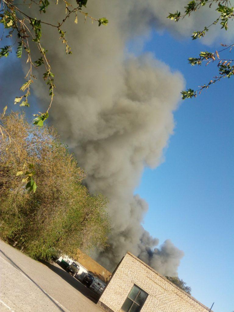 На севере Астраханской области пожар на территории неработающего консервного завода тушат пожарным поездом