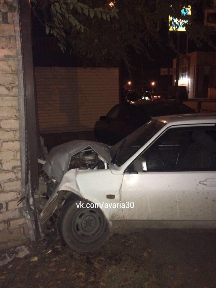 В Астрахани автомобиль врезался в жилой дом