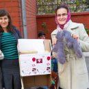 Астраханцев попросили связать носки для бездомных