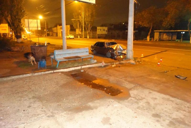 «Лада» вписалась в столб в Астрахани —  водитель попал в больницу