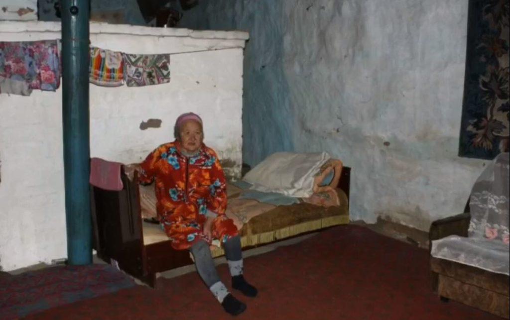 Астраханская молодежь решила помочь пожилой женщине, замерзающей в землянке