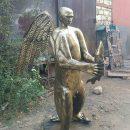 Астраханец изготовил статую медведя с головой Владимира Путина