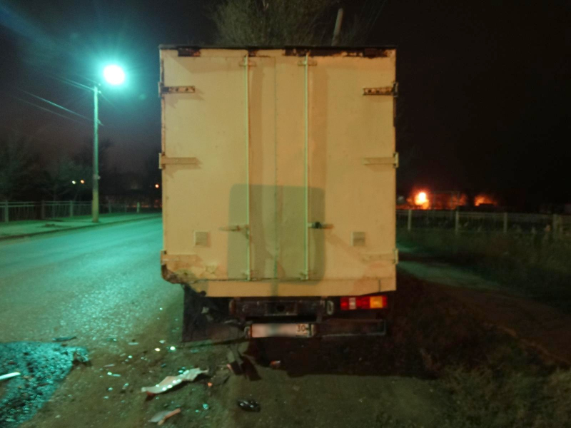 В Астрахани легковушка врезалась в грузовик