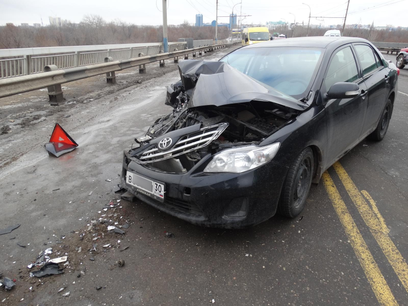 Беременная пассажирка пострадала в Астрахани после столкновения маршрутки с иномаркой