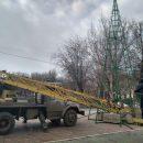 Прямо сейчас в Астрахани устанавливают главную елку области