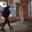 В Астрахани сфотографировали юношу, идущего по улице в коньках