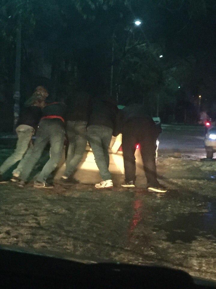 Астраханцев предупреждают о яме-ловушке на дороге