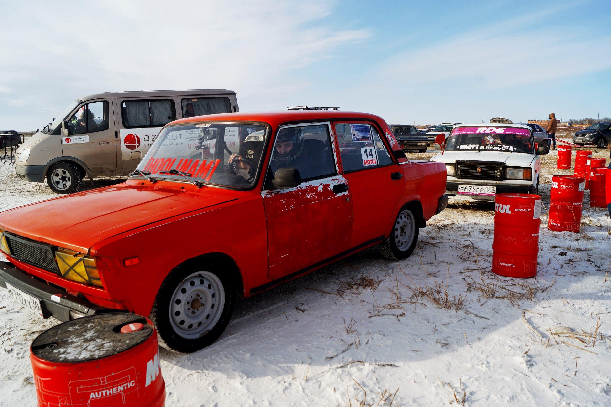 Чемпионат по трековым гонкам проходит на Соленом озере в Астраханской области