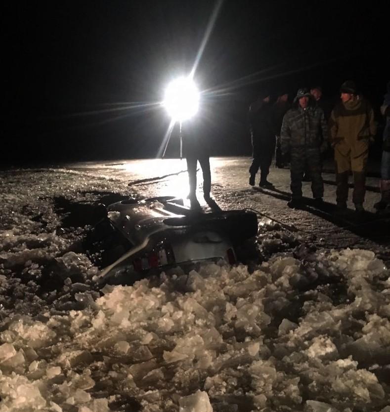 Под Астраханью автомобиль провалился под лед с водителем и пассажиром