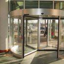 В Астраханском торговом центре ребенку прищемило ухо дверью