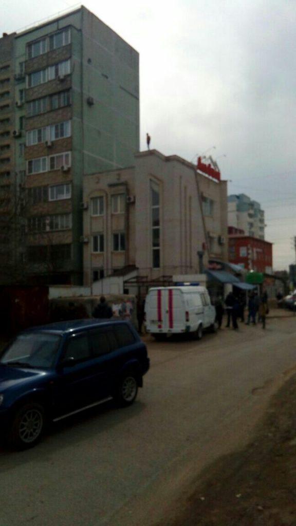 В Астрахани с крыши гостиницы не могут снять голого мужчину. Видео