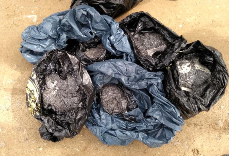 Черную икру почти на миллион рублей нашла полиция в брошенном внедорожнике в Астраханской области