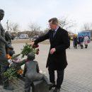 Астраханцы несут цветы к памятнику «Семье»