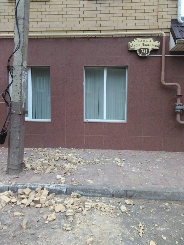 На одной из улиц Астрахани прошел кирпичный дождь