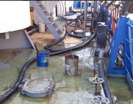 В Астрахани в Волгу вылили машинное масло