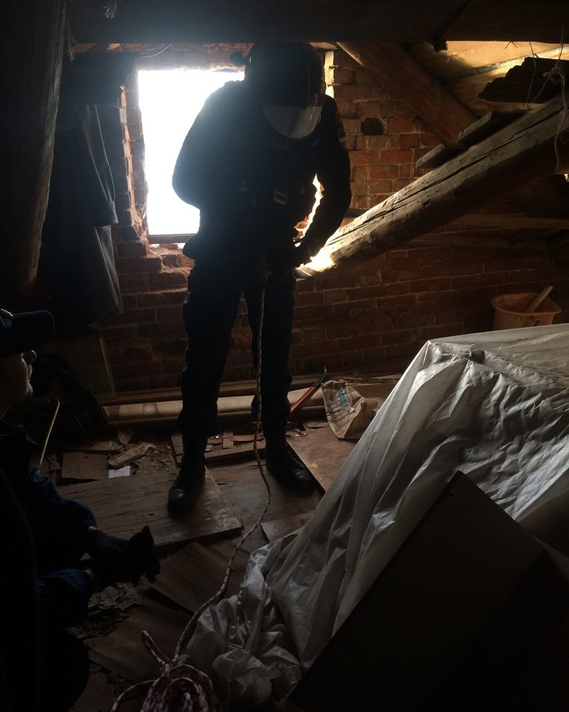 Спасатели ликвидировали угрозу на крыше в центре Астрахани