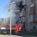В Астрахани сняли на видео пожар в многоквартирном доме