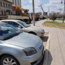 В Астрахани столб с проводами угрожал людям и транспорту