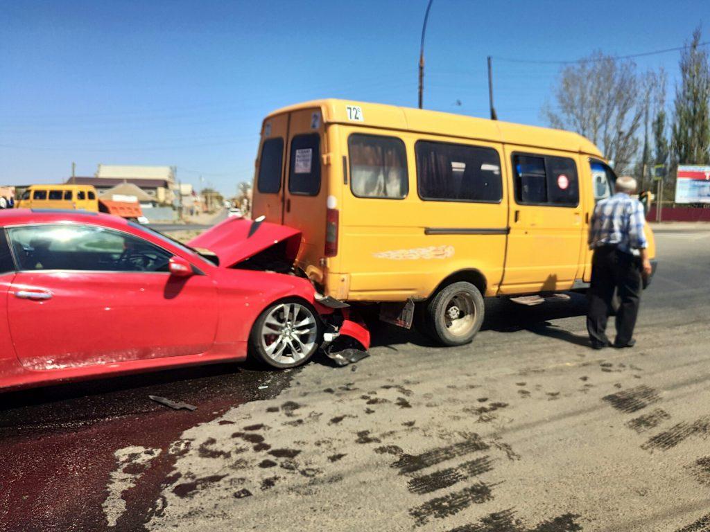 В Астрахани женщина на красной иномарке врезалась в пассажирскую «Газель»