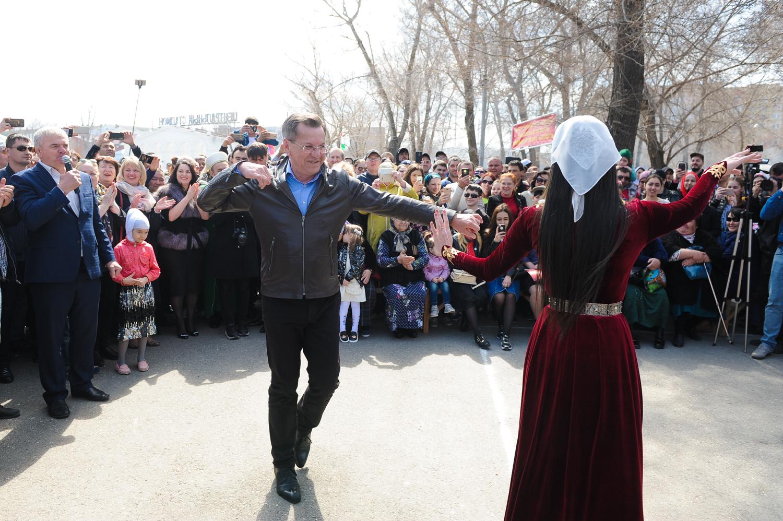 Канатоходцы из Дагестана удивили гостей астраханского Навруза выступлением без страховки