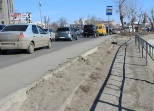 В Астрахани после жалобы губернатору обновят остановку напротив Триумфальной арки