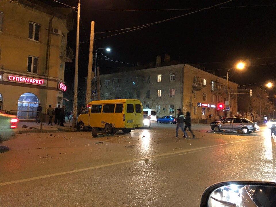 Маршрутка N13 врезалась в столб в Астрахани