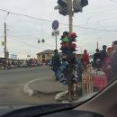 В Астрахани светофор превратили в вешалку-прилавок