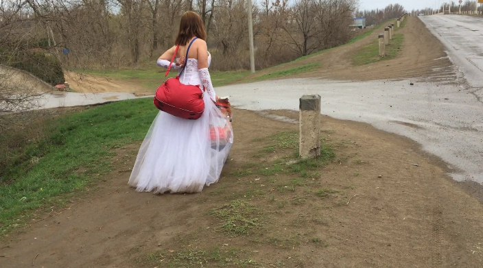 В Астраханской области на мосту сфотографировали странную невесту