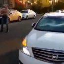 В Астрахани сняли на видео дебошира, разбивающего машины