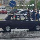 В Астрахани на оживленном перекрестке загорелась машина. Видео