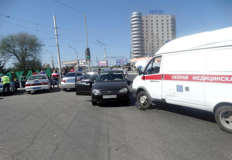 В Астрахани водитель скорой спровоцировал аварию, в которой пострадала женщина