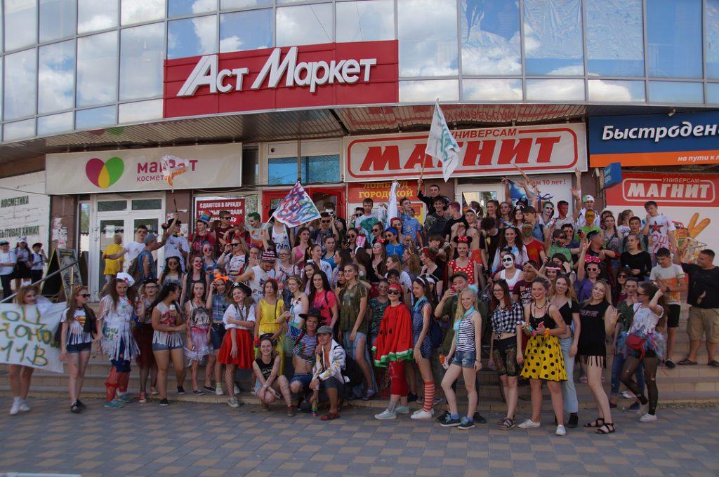 В Ахтубинске выпускники вышли на «рваный парад»