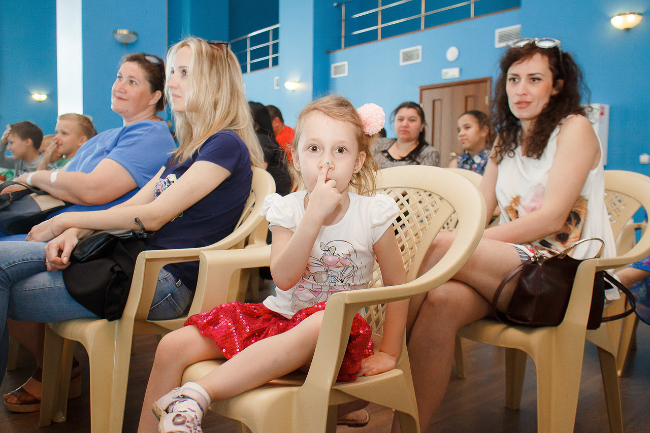 Детская писательница прочла свою новую книгу о футболе маленьким астраханцам