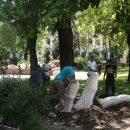 В астраханском сквере выкопали из земли скульптурную композицию  «Пальцы»
