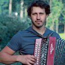 На севере Астраханской области запретили концерт известного музыканта из-за песни о комбайнерах
