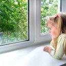 В центре Астрахани ребенок выпал из окна