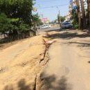 В Астрахани жители жалуются на разрастающиеся трещины в асфальте