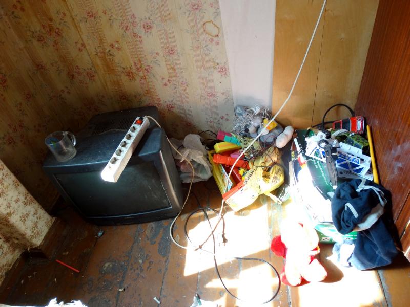 Полиция в Астрахани нашла трех детей в грязной квартире без еды