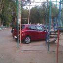 Астраханцы жалуются на соседей, паркующихся на десткой площадке