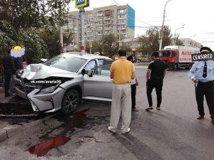 Очевидцы сняли на видео, как в Астрахани «Лексус» попал под мчащуюся фуру