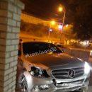 В центре Астрахани столкнулись «Мерседес» и «Форд» и вылетели в стройку