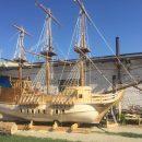 На озеро в центре Астрахани спустили копию старинного корабля