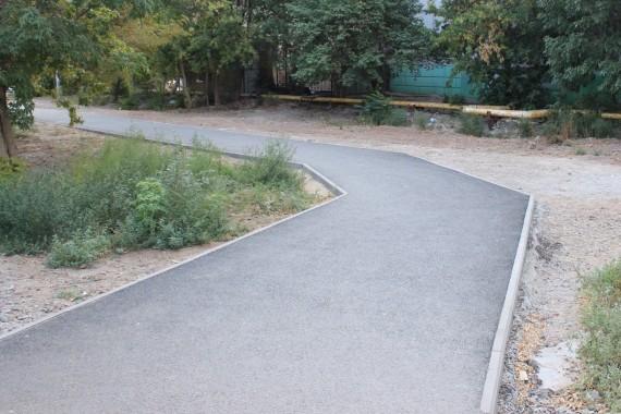 По просьбе астраханских школьников власти обустроили тротуар к школе