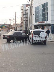 В Астрахани на оживленном перекрестке столкнулись две легковушки