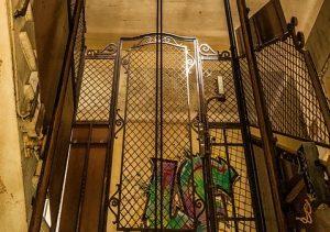 В Астрахани закрывают лифты
