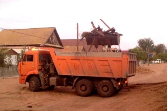 Дом астраханцев с помощью волонтеров уехал на КамАЗе