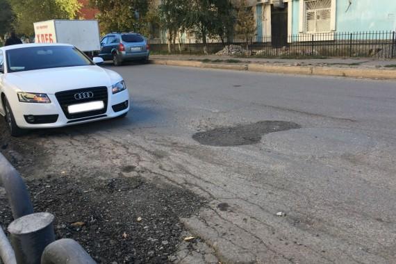 В центре Астрахани по жалобам автомобилистов залатали яму