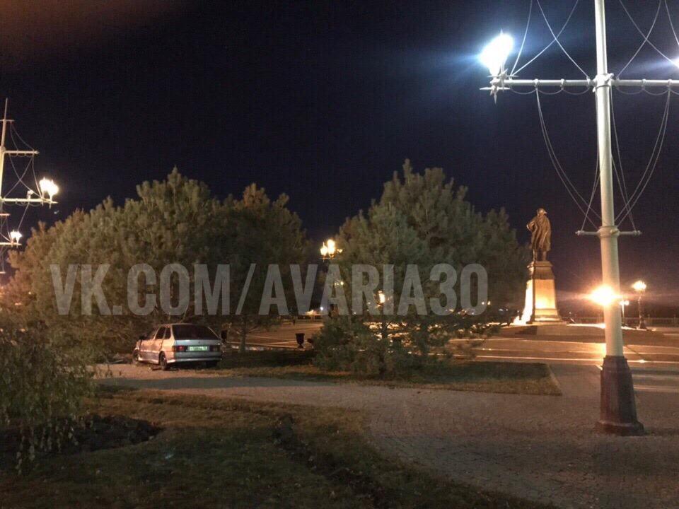 В центре Астрахани автомобиль протаранил сосну